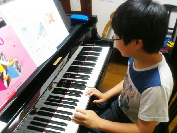 自主的にピアノに向かって練習する