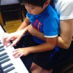 大好きなママのお膝でピアノレッスン♪(*^▽^*)